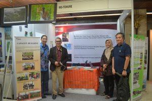 Foto bersama Bpk. Martua Sirait (Pengurus WGT), Bpk. Noer Fauzi Rachman (Staf Khusus Kepala Staf Kepresidenan) dan Bpk. Ilya Moeliono (Pakar Sosial Pendekatan Partisipatif).