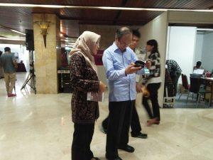Direktur Eksekutif WGT menjelaskan isi buku Panduan Praktis RATA-AGATA-HUMAWIN kepada Bpk. Sarwono Kusumaatmadja